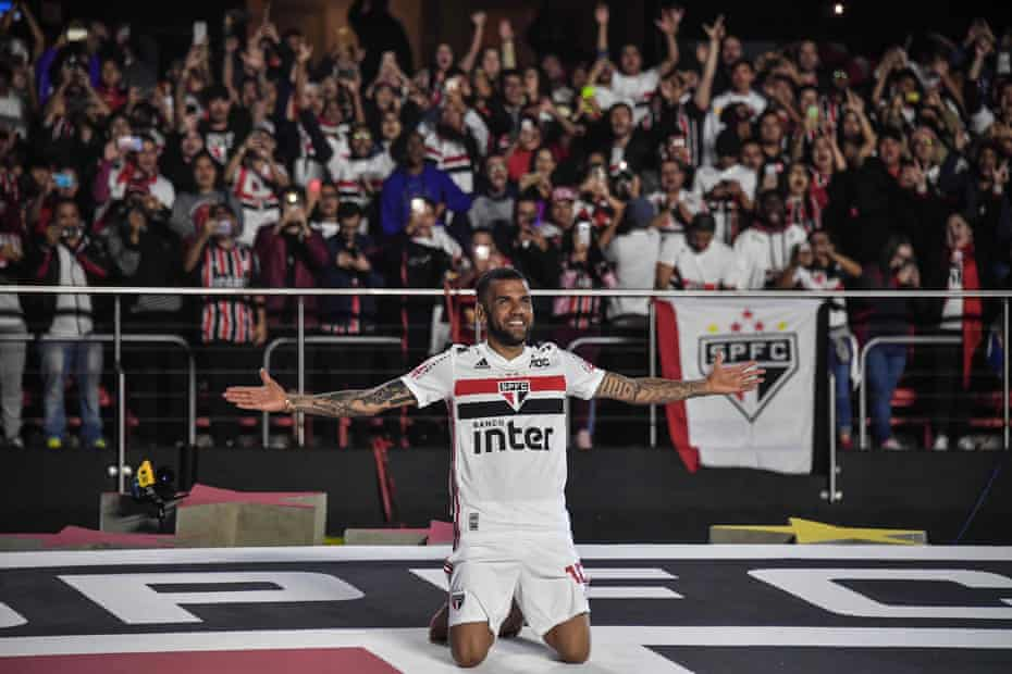 São Paulo turned out in big numbers to welcome Alves home in August.