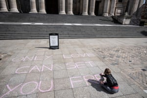 A street artist works outside St Paul's Cathedral.