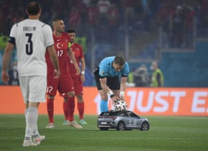 The match ball is delivered to referee Danny Makkelie by a remote control car.