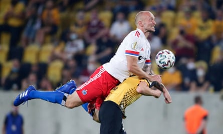 Hamburg's Toni Leistner in action with Dynamo Dresden's Christoph Daferner