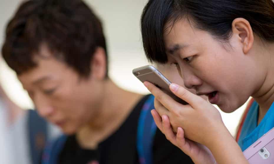 A user tries the Siri voice recognition function on an Apple iPhone.