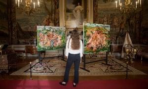 As obras de Brown, There'll Be Bluebirds, à esquerda, e Spot the Spaniel em exibição no Palácio de Blenheim.