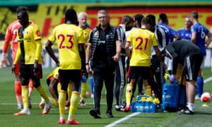 Watford manager Nigel Pearson talks to Ismaila Sarr during the drinks break.