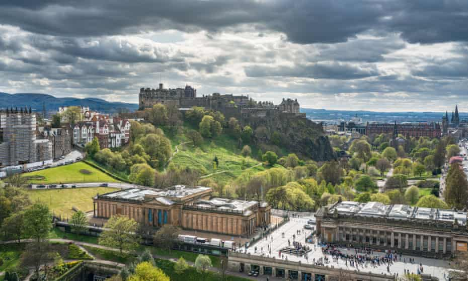 The Scottish National Gallery, with Edinburgh Castle looming above it.