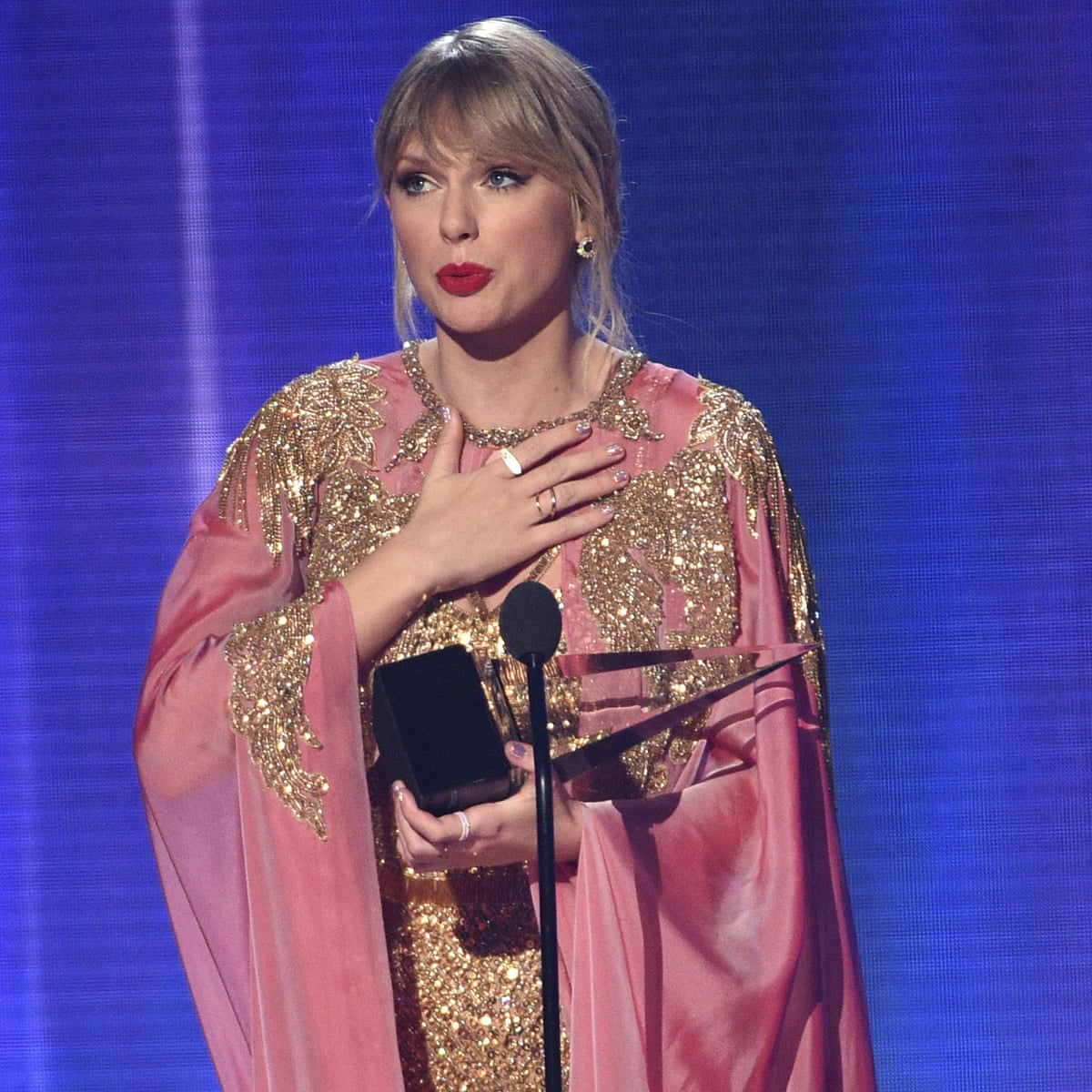 American Music Awards 2019 Taylor Swift Takes Artist Of The Decade In Record Breaking Haul Culture The Guardian