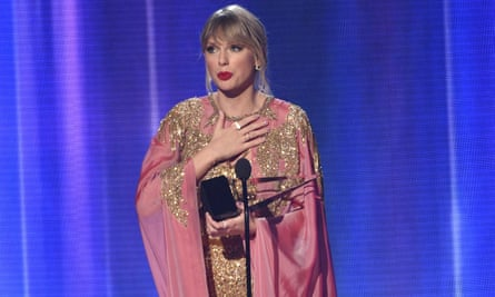 Taylor Swift accepts the award for 2019 artist of the year