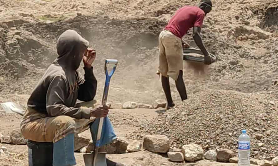Artisanal diamond miners, Kishapu District, Tanzania