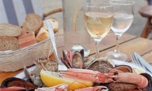 Au bord de la mer: French white wine with seafood.