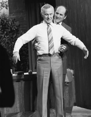 Heimlich demonstrates the manoeuvre on Johnny Carson in 1979.