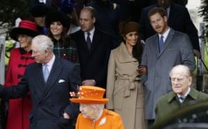 Para bangsawan, yang menampilkan Harry dan Meghan yang baru saja bertunangan, setelah kebaktian gereja Hari Natal di Sandringham, 2017