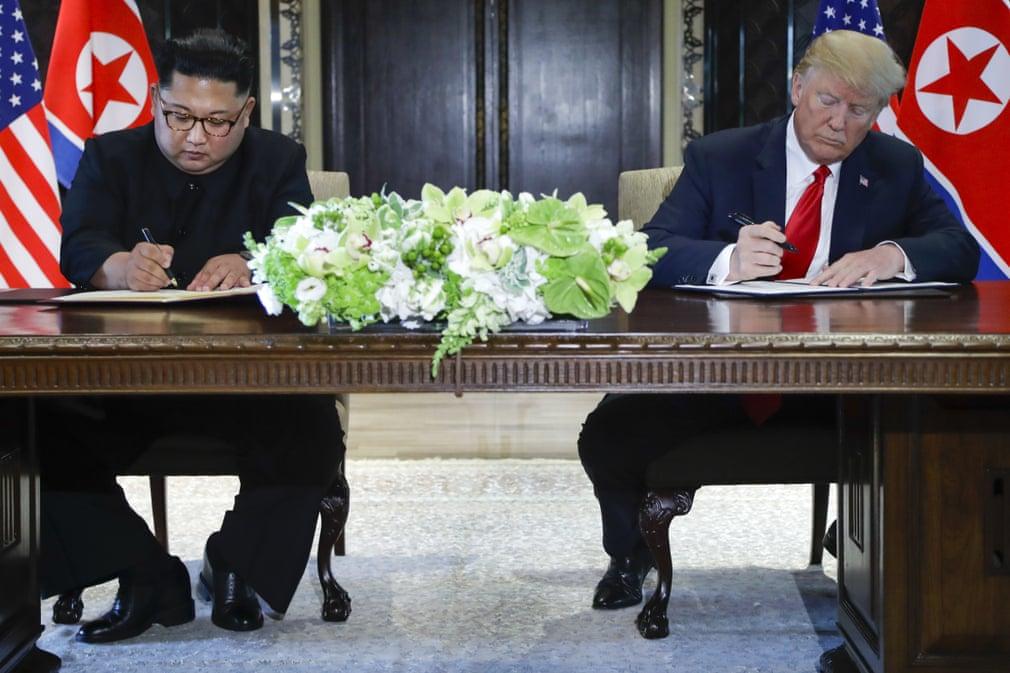 Trump e Kim Jong-un firmano l'accordo dopo il vertice di Singapore. Credits to: Evan Vucci/AP.