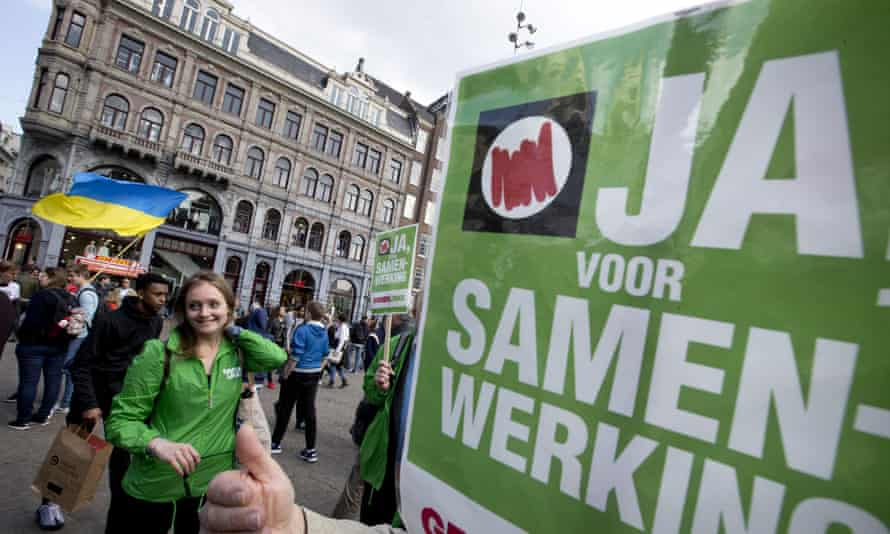 Campaigners for a yes vote in the EU-Ukraine referendum gather in Amsterdam