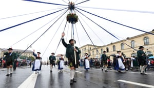 One of the Bavarian folk groups carries a maypole
