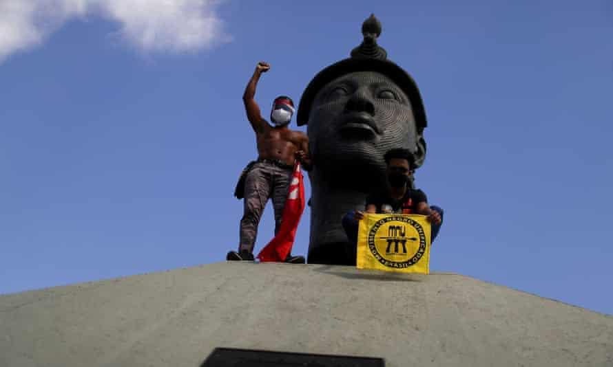 Manifestantes protestam contra Jair Bolsonaro em frente ao Monumento Zumbi no Rio de Janeiro