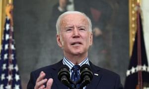 جو بایدن ، رئیس جمهور ایالات متحده درباره تصویب طرح نجات آمریکایی در کاخ سفید در واشنگتن دی سی صحبت می کند