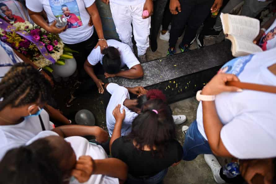 Relatives mourn over the coffin of Deiner Castillo