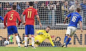 Italy vs Spainepa05573664 Italy's Daniele De Rossi (R) converts a penalty during the FIFA World Cup 2018 Group G qualification match Italy vs Spain at the Juventus Stadium in Turin, Italy, 06 October 2016. EPA/ALESSANDRO DI MARCO