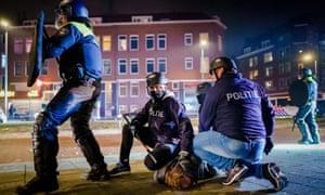 Petugas polisi Belanda menangkap seorang pria di tengah protes anti-jam malam di Beijerlandselaan, Rotterdam, bulan lalu.