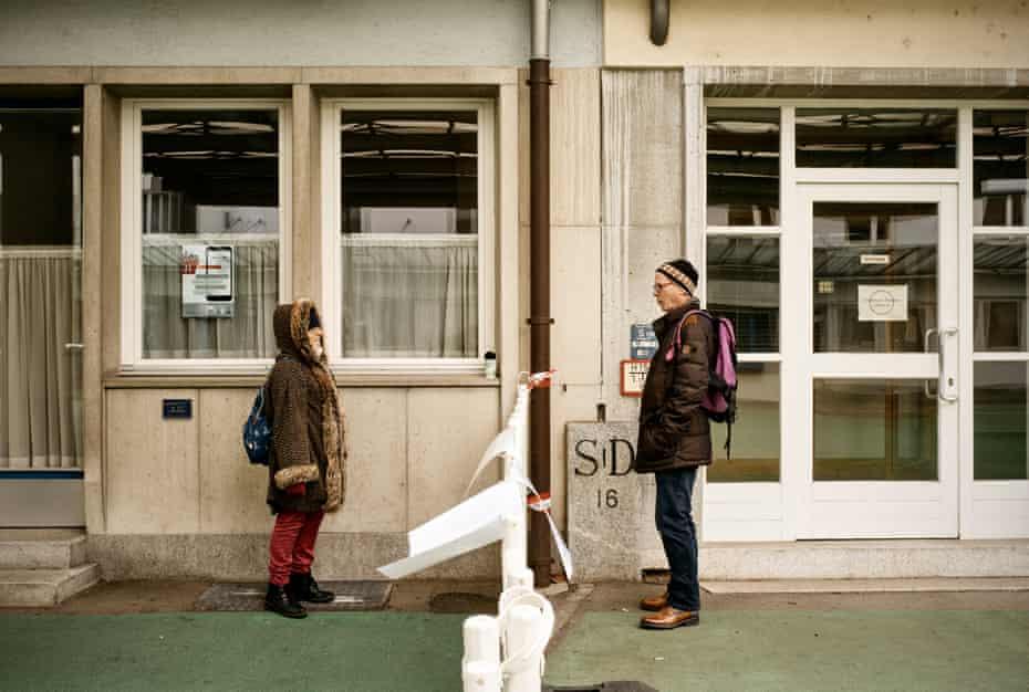 Josephina, vivant à Arbon (Suisse), et Josef, vivant à Singen am Hohenwil (Allemagne), ne peuvent se réunir qu'à la frontière fermée.  Ils se réunissent ici trois fois par semaine.  Ils sont en couple depuis 30 ans.
