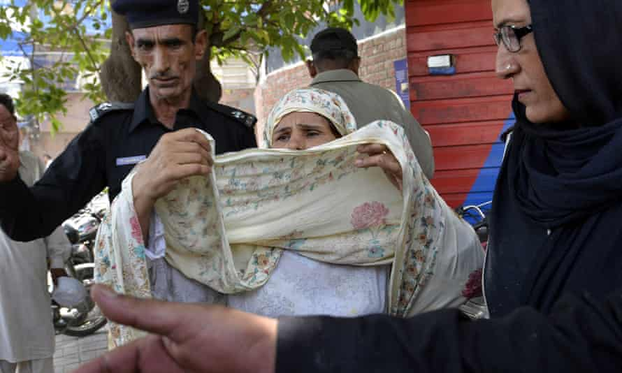 Pakistani police escort Perveen Bibi to court in 2016