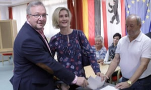 The CDU's mayoral candidate Frank Henkel casts his vote.