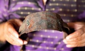 Oran Z displays a slave collar.