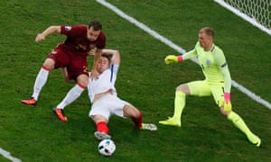 Gary Cahill slides in front of Artem Dzyuba to intercept.