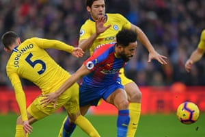 Chelsea's midfielder Jorginho (L) and defender Marcos Alonso (C) vie with Crystal Palace's midfielder Andros Townsend