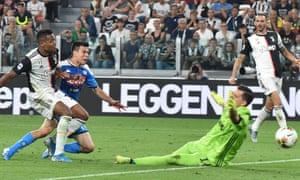 Hirving Lozano scores against Juventus.
