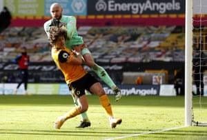 West Bromwich Albion goalkeeper David Button (right) beats Wolverhampton Wanderers' Fabio Silva to the ball.