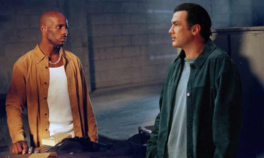 DMX ، سمت چپ ، و استیون سیگال در Exit Wounds ، 2001 ، گیشه ای در گیشه که باعث شد رپر معامله ای چند عکس با برادران وارنر داشته باشد.