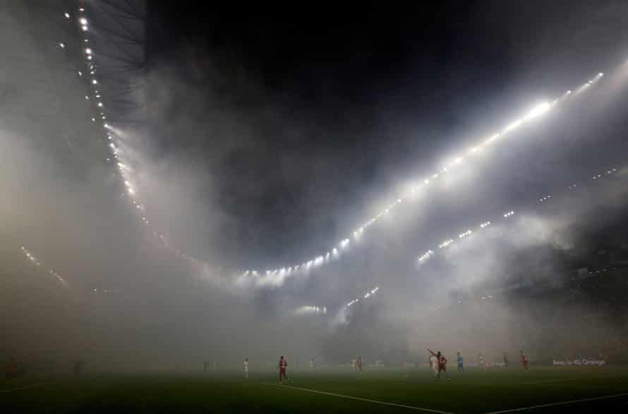 Fog descends on Marseille, halting the home side's game with Lyon for five minutes.
