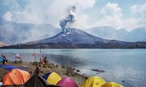 Mount Rinjani spews volcanic ash on 26 October 2015