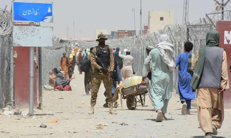 Das afghanische Volk wartet darauf, über den Grenzübergang Chaman nach Pakistan einzureisen.