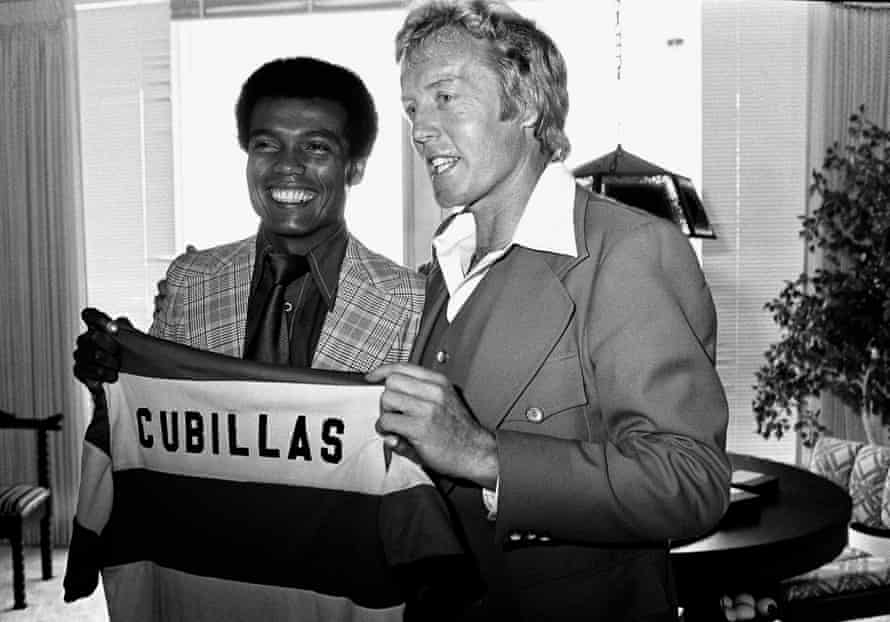 Fort Lauderdale Strikers coach Ron Newman welcomes the Peruvian Teofilo Cubillas at a press conference in Miami, March 1979.