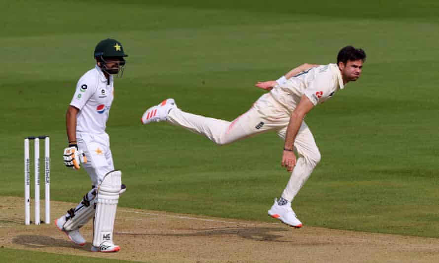 Jimmy Anderson bowling for England v Pakistan, second Test