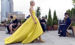 A model showcases the Oscar de la Renta spring 2019 collection.