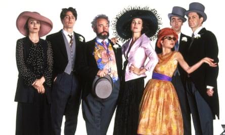 Cuatro bodas y un funeral protagonizados (de izquierda a derecha): Kristin Scott Thomas, Hugh Grant, Simon Callow, Andie MacDowell, Charlotte Coleman, John Hannah y James Fleet.