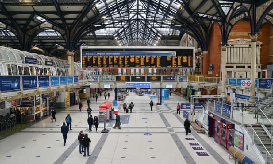Commuters at Liverpool Street railway station on 15 January during the third London lockdown.