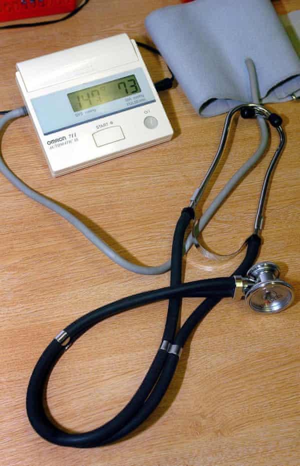 دستگاه استتوسکوپ پزشک عمومی و دستگاه اندازه گیری فشار خون فشار سنج