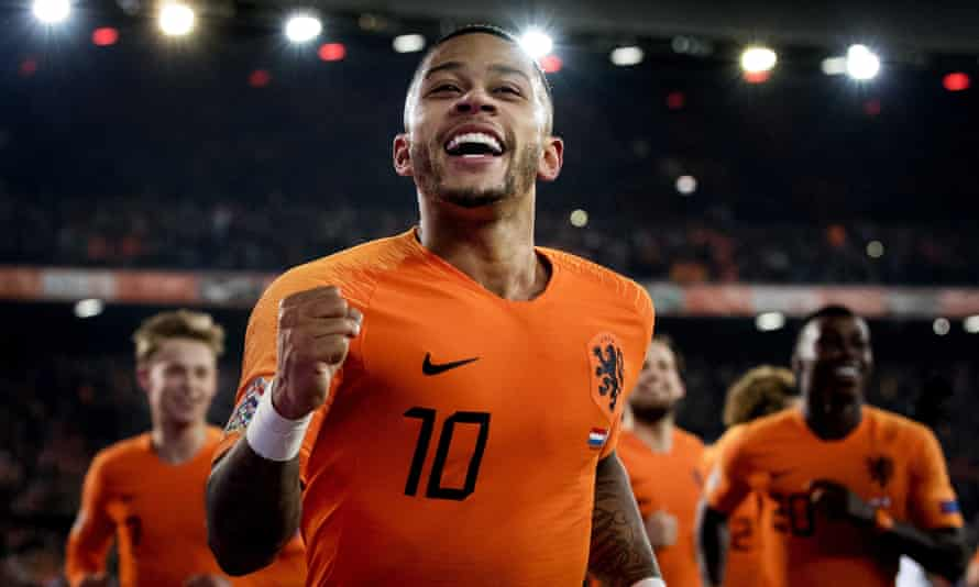 Memphis Depay scores from the penalty spot deep into stoppage time to seal victory for the Netherlands.