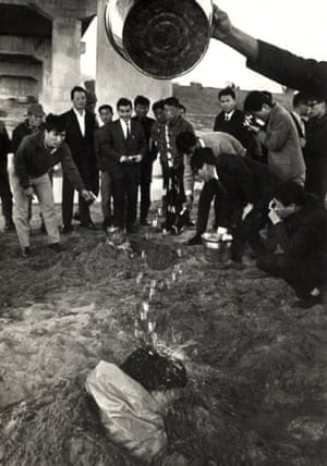 Murder at the Han Riverside, 17 October 1968 In 1968, a performance took place under the Second Han River Bridge in Seoul. Artists sat in holes in the ground and had water poured over them, before writing critical phrases on vinyl boards – such as 'cultural swindler' (pseudo-artist), 'cultural shirker' (idealist), 'illicit fortune maker' (pretend great master), 'cultural acrobat' (artist jumping on the bandwagon) – before burning them