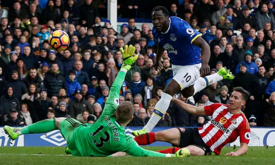 Romelu Lukaku scores Everton's second goal.