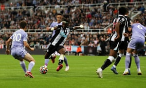 Allan Saint-Maximin fires home to get the Magpies back on level terms.