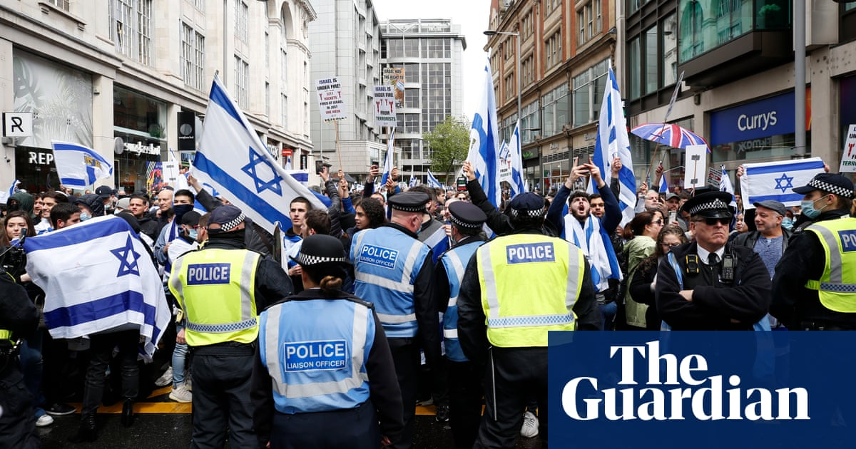 Police step in as 'free Palestine' chanters approach pro-Israel rally
