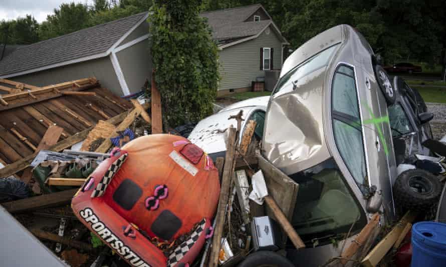 Los daños por inundaciones se ven a lo largo de Simpson Street en Waverley.