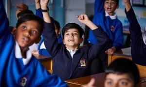 alumnos ansiosos con las manos en alto
