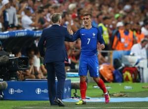 Didier Deschamps congratulates Griezmann as he comes off.