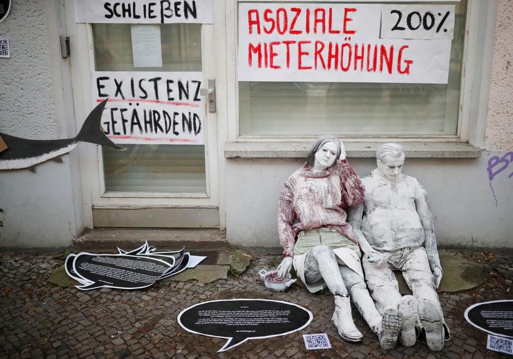 Aktivisté protestující proti zvyšování nájemného a gentrifikaci. (Hannibal Hanschke/Reuters)