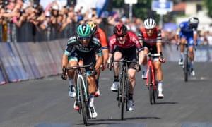 Cesare Benedetti (Bora-Hansgrohe) beats Eddie Dunbar (Team Ineos) to the finish line.